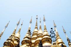 Тайская пагода золота с голубым небом стоковое изображение rf