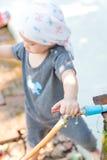 Тайская попытка ребёнка для того чтобы повернуть faucet воды Стоковое Фото