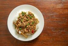 Тайская пряная еда, Stir-зажаренный свинина с базиликом выходит на деревянное backgroun Стоковое Изображение