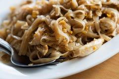 Тайская пусковая площадка цыпленка тайская с лапшами риса Стоковые Фотографии RF