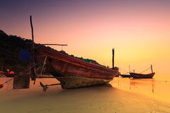 Тайская рыбацкая лодка во времени захода солнца Стоковая Фотография
