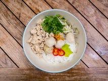 Тайская семенить лапша цыпленка с шариками вермишели и цыпленка риса стоковое изображение rf