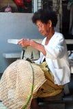Тайская старуха сплетя бамбуковые корзины Стоковая Фотография