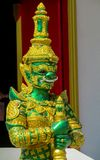 Тайская статуя зеленого цвета Suriyaphob гиганта попечителя буддийского виска Стоковые Изображения RF