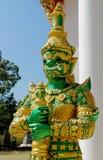Тайская статуя зеленого цвета Suriyaphob гиганта попечителя буддийского виска Стоковое Фото