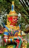 Тайская статуя красного цвета Suriyaphob гиганта попечителя буддийского виска Стоковое фото RF