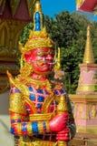 Тайская статуя красного цвета Suriyaphob гиганта попечителя буддийского виска Стоковое Изображение RF
