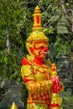 Тайская статуя красного цвета Suriyaphob гиганта попечителя буддийского виска Стоковые Фото