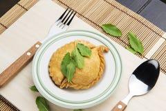 Тайская слойка карри с овощами на таблице Стоковое Фото