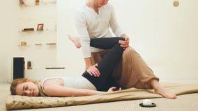 Тайская традиционная терапия для позвоночника и ног - shocking сильного массажа Стоковые Изображения RF
