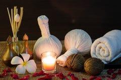 Тайская установка массажа спы на свете горящей свечи Стоковое Изображение RF