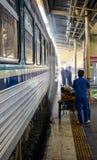 Тайская чистка поезда работником стоковые фотографии rf