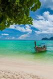 Тайская шлюпка на береге острова Стоковое Изображение RF