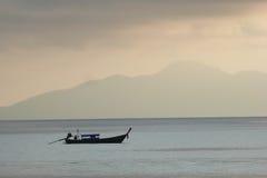 Тайская шлюпка на море Восход солнца Стоковое фото RF