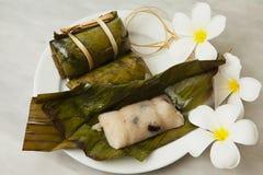 Тайские десерты, связь каши, липкий рис в оболочке в листьях банана, банан заполняя, Steamed сварили еду стоковые изображения