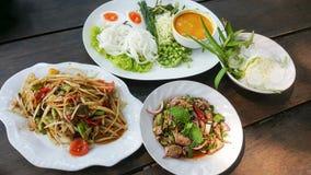 Тайские еда и овощи на таблице стоковые изображения
