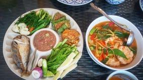 Тайские еда и овощи на таблице стоковые фотографии rf