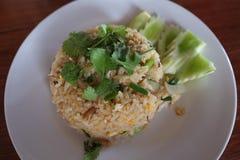 Тайские жареные рисы с крабом в белой плите Стоковые Фото