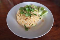 Тайские жареные рисы с крабом в белой плите Стоковое фото RF
