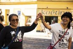 Тайские женщины мать и дочь идя и держа руки на дороге Jugoslavska Стоковое Изображение RF