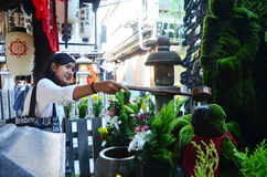 Тайские женщины молят с статуей myoo Fudo Стоковое Изображение