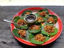Тайские закуски после прогулки на старом парка тайское стоковые фотографии rf