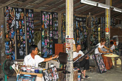 Тайские дизайнеры на работе в ремесленничестве зонтика центризуют Стоковые Изображения