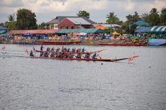 Тайские длинные шлюпки состязаются во время состязания по гребле Чашки Родн Длинн короля стоковые изображения rf