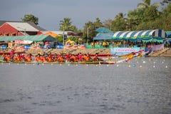 Тайские длинные шлюпки состязаются во время состязания по гребле Чашки Родн Длинн короля стоковая фотография rf