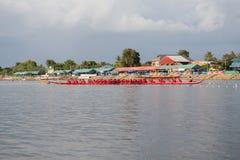 Тайские длинные шлюпки состязаются во время состязания по гребле Чашки Родн Длинн короля стоковые изображения