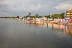 Тайские длинные шлюпки состязаются во время состязания по гребле Чашки Родн Длинн короля стоковое изображение rf