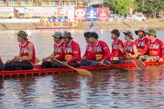 Тайские длинные шлюпки состязаются во время состязания по гребле Чашки Родн Длинн короля стоковое изображение