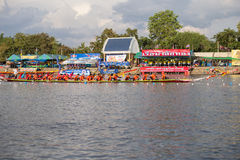 Тайские длинные шлюпки состязаются во время состязания по гребле Чашки Родн Длинн короля стоковое фото rf