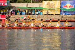 Тайские длинные шлюпки состязаются во время состязания по гребле Чашки Родн Длинн короля стоковые фото