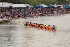 Тайские длинные шлюпки состязаются во время состязания по гребле Чашки Родн Длинн короля стоковое фото