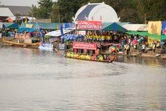 Тайские длинные шлюпки состязаются во время состязания по гребле Чашки Родн Длинн короля стоковые фотографии rf