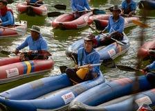 Тайские люди ждать туристов в шлюпке стоковое изображение rf