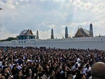 Тайские люди оплакивают для короля Bhumibol стоковая фотография