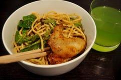 Тайские люди подготавливая и варя творческую еду сплавливания для обедать Стоковое Фото