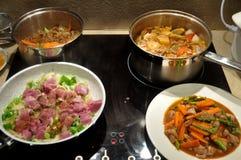 Тайские люди подготавливая и варя творческую еду сплавливания для обедать Стоковая Фотография