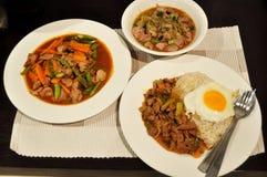 Тайские люди подготавливая и варя творческую еду сплавливания для обедать Стоковое фото RF