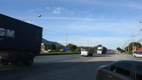 Тайские люди управляют и едут корабль и logictics на дороге Thanon Mittraphap видеоматериал