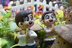 Тайские радушные мальчик и девушка куклы штукатурки стоковые фотографии rf