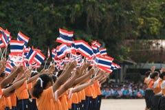 Тайские студенты участвуя церемония 100th aniversary  Стоковая Фотография