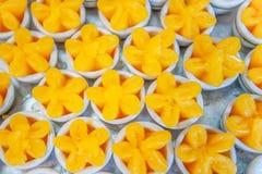 Тайские тайцы Khanom десертов, сладкая чашка яичного желтка или схват Yip, десерты возникая от Португалии которые сделаны из желт стоковые фотографии rf