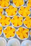 Тайские тайцы Khanom десертов, сладкая чашка яичного желтка или схват Yip, десерты возникая от Португалии которые сделаны из желт стоковая фотография rf