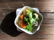 Тайские тофу, свинина и овощной суп в белом шаре на деревянном столе Стоковое Фото