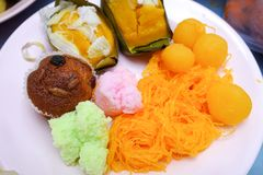 Тайские традиционные десерты на коричневой плите с Стоковое Изображение