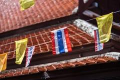 Тайские флаги и флаги буддизма желтые в виске стоковые фотографии rf