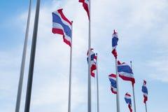 Тайские флаги развевая под голубым небом Стоковые Фотографии RF